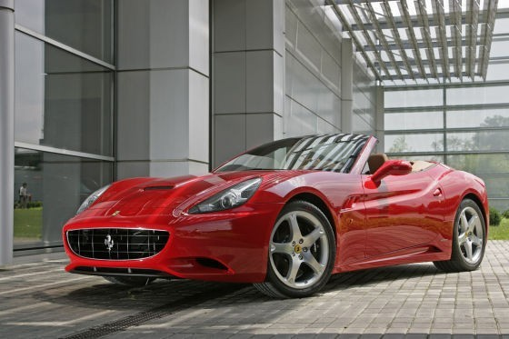 Image prise en extérieur de la Ferrari California