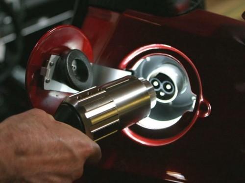 Tesla Roadster : rechargement avec une prise électrique