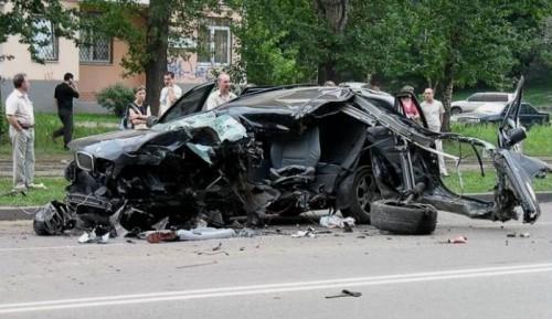 BMW X5 4.4i detruit après des tonneaux