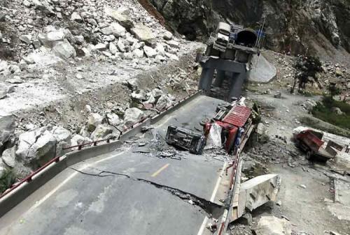 Route et pont après un tremblement de terre