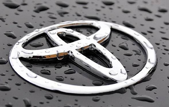 logo toyota sous la pluie