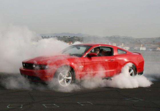 Photo 2011 ford mustang gt burnout 560x387 Ford Mustang GT 2011 : Elle est de retour avec le 5.0 L