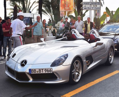 FP 7339644 BARM Celeb Cannes 051911 490x400 Festival de Cannes 2011 : Kanye West préfère se la péter en SLR Stirling Moss plutôt quen Latitude dCi !