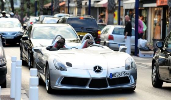 kanye west fait le beau en Merco 560x328 Festival de Cannes 2011 : Kanye West préfère se la péter en SLR Stirling Moss plutôt quen Latitude dCi !