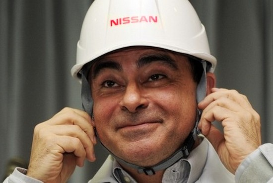 Carlos Ghosn - PDG de Nissan pour 10.5 millions d'euros par an aime porter le casque des ouvriers japonais