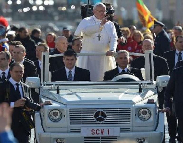Pape François en Mercedes Classe G