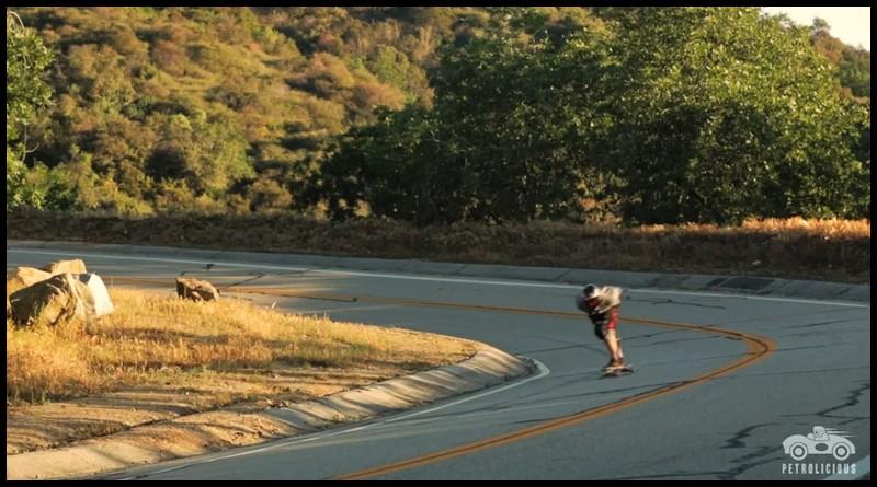 la Nissan Skyline GT-R et le skateboarder