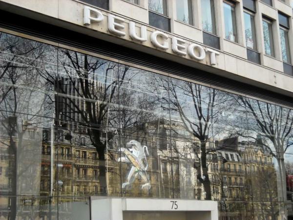 Peugeot quitte l'avenue de la Gde Armée.0