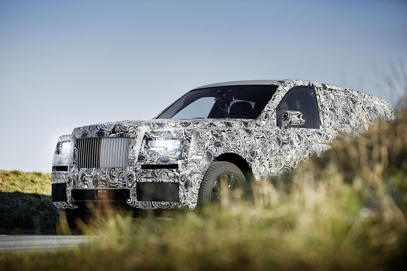Rolls Royce va avoir un SUV dans sa gamme. Si l'info n'est pas neuve, la marque vient cependant de le confirmer de façon officielle via la diffusion de photos de prototypes lourdement camouflés. Le projet Cullinan n'a pas de de date de sortie ou d'autres informations, mais va subir une importante batterie de tests en 2017.